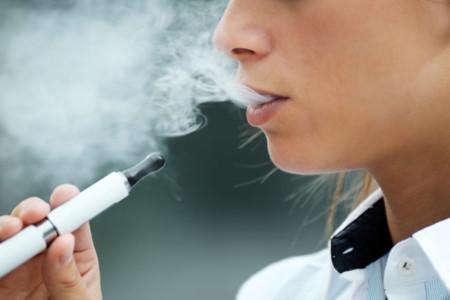 Cigarrillos electrónicos: poco efectivos para dejar de fumar y con riesgos asociados
