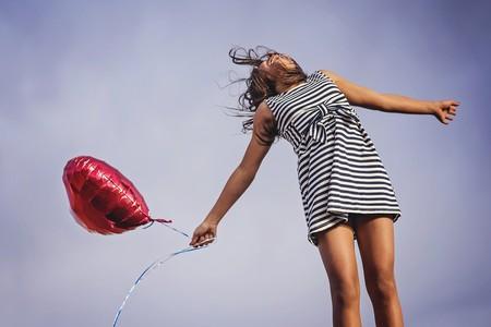 mujer con globo