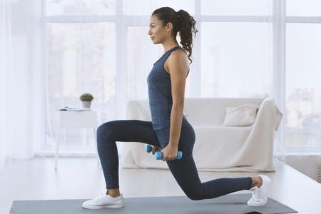 Cómo hacer lunges o zancadas perfectas, paso a paso: un ejercicio para trabajar tus piernas y glúteos