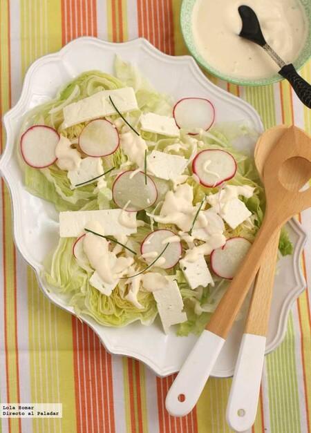 Ensalada de lechuga iceberg con rábanos y queso feta, receta fácil y rápida