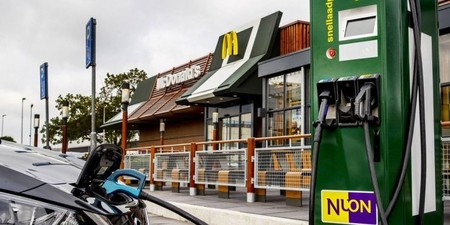 ¡Buenas noticias! Ya podrás recargar tu auto eléctrico cada vez que visites el McDonalds…si vives en Holanda