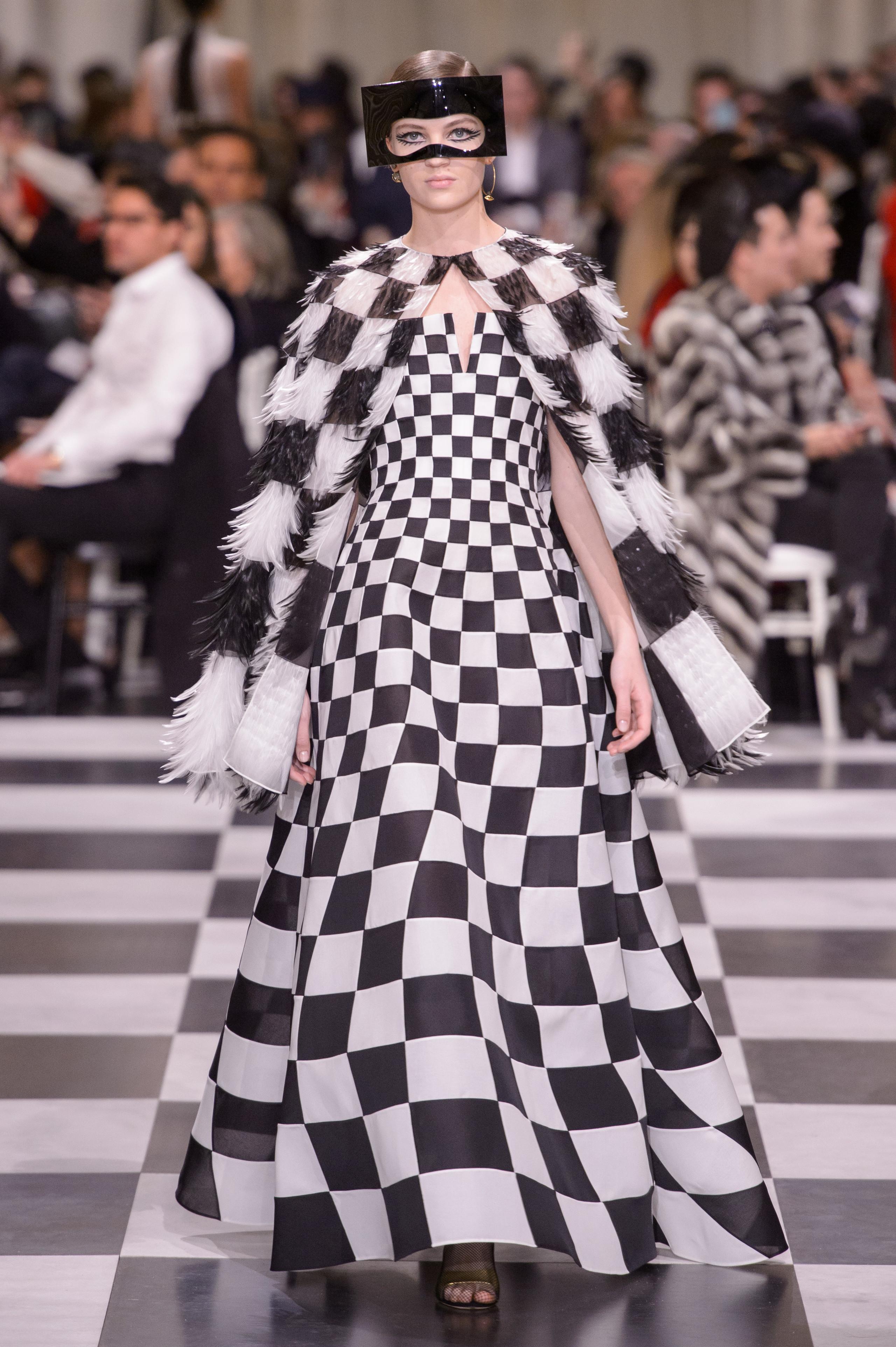 Foto de Dior Alta Costura: Maria Grazia Chiuri y su mágico desfile en blanco y negro Primavera-Verano 2018 (31/74)