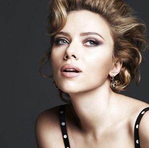 ¿Es Marylin Monroe? ¿Es Rita Hayworth? Para nada, es Scarlett Johansson para Dolce & Gabbana