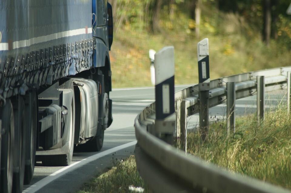 La DGT prohibirá rebasar en 20 km/h la velocidad para adelantar en vías convencionales: