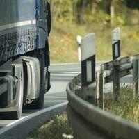 """La DGT prohibirá rebasar en 20 km/h la velocidad para adelantar en carreteras convencionales: """"No pasa nada por ir detrás de un camión"""""""