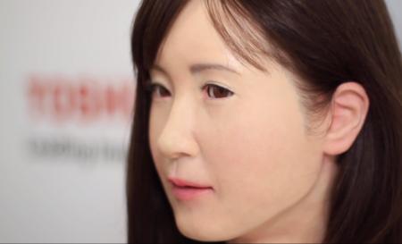 Toshiba nos recibe con Aiko, un robot que se comunica con lengua de signos
