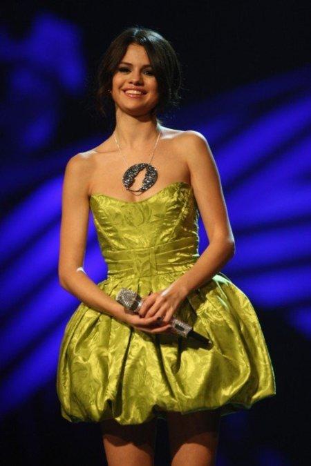 Selena Gómez y sus mil estilismos en la gala de los MTV Europe Music Awards