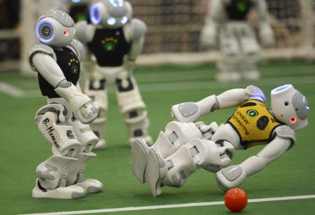 Estos vídeos demuestran que si los robots quieren ganarnos al fútbol, todavía tienen que mejorar