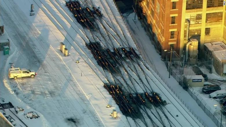 En Chicago hace tanto frío que quemar las vías del tren ha sido la única solución para que sigan funcionando