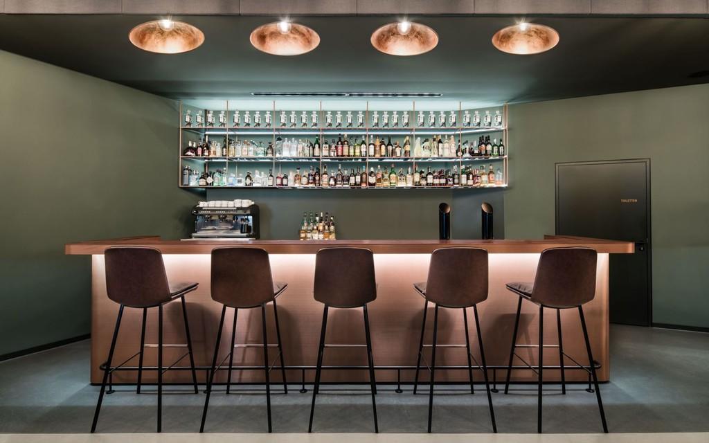 Eduard´s un bar decorado con cobre que conduce las emociones entre sus espacios brillantes