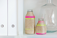 Hazlo tú mismo: jarrones con botellas recicladas y cuerdas