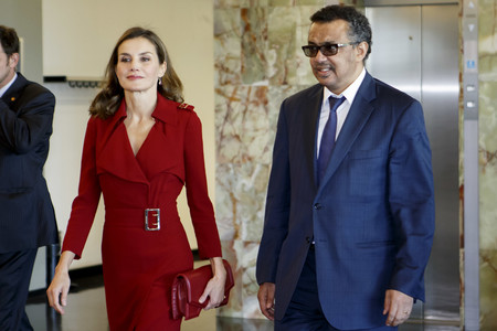 Todo al rojo: Doña Letizia Ortiz vuelve a confiar en un vestido de Burberry, ¡nos encanta!