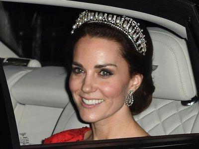 Kate Middleton recurre al rojo y a una de las tiaras preferidas de la Princesa Diana de Gales para su última cena de gala