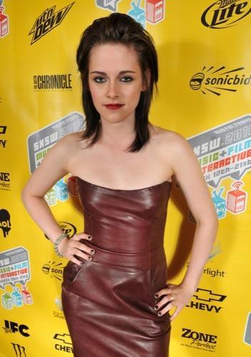 Nuevos looks de Kristen Stewart y Dakota Fanning en la promoción de The Runaways. Peinado
