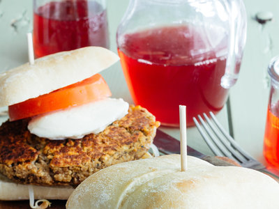 Hamburguesas de lentejas, frijol y queso cheddar. Receta vegetariana fácil