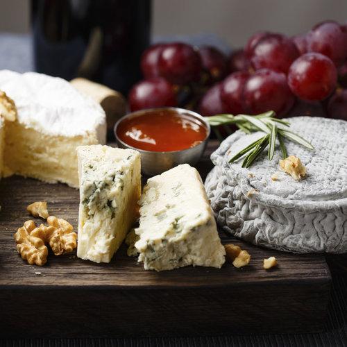 La corteza del queso también puede ser comestible: cómo distinguir las mejores y trucos para aprovecharlas en la cocina