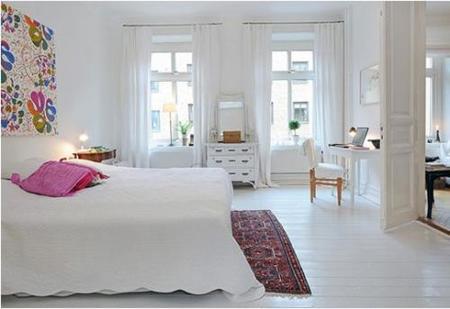 Un toque de color en la alfombra y en la cama cambia el aspecto.