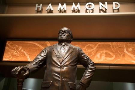 Jurassic World y Jurassic Park, estatua Hammond