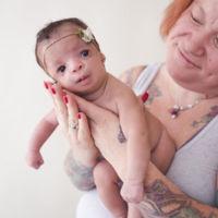 Al verla, los padres adoptivos rechazaron a la bebé y su madre biológica no dudó en quedársela