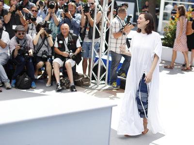 Comienza el Festival de Cannes 2017 y Marion Cotillard acude con vaqueros (¿y sábanas?)