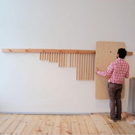 Mesas y taburetes desmontables para colgar en la pared