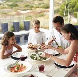 Resultado de imagen para familia comiendo junta