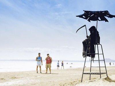 'La Muerte' en la playa es una gloriosa estrategia para crear conciencia disfrazada de comedia