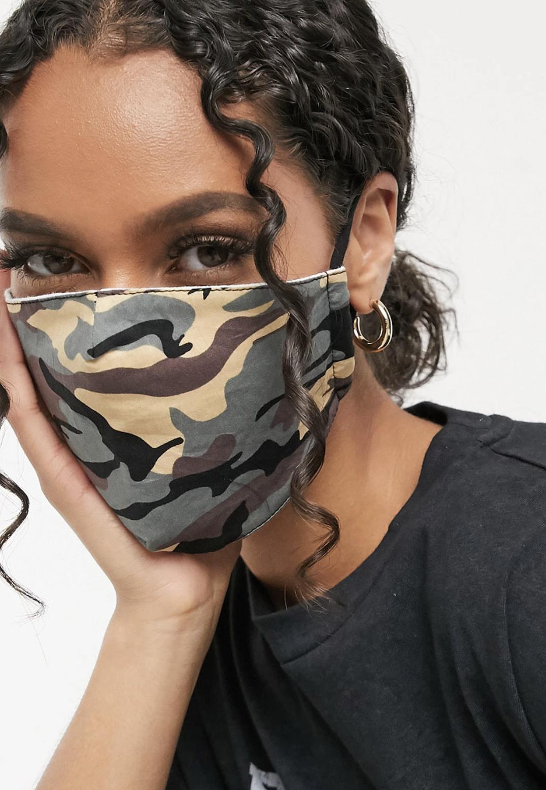 Pack de 2 mascarillas con tiras ajustables en caqui y camuflaje de DesignB London