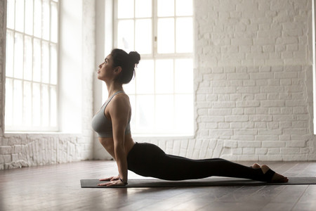 colocar-mano-esterilla-yoga
