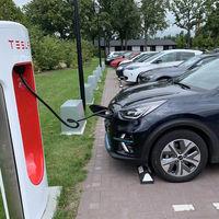Hay gente que ha estado usando supercargadores Tesla para cargar gratis sus coches eléctricos de otras marcas gracias a un bug
