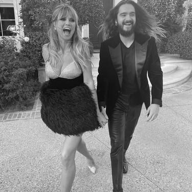 Heidi Klum acude a los Premios AMA's con un minivestido de lo más festivo gracias a las plumas y al strass