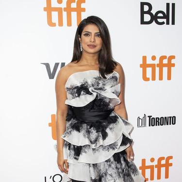 Priyanka Chopra aparece en el Festival de Toronto con un vestido lleno de volantes de la combinación de colores más elegante