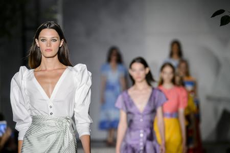 28389affe3 Carolina Herrera Primavera-Verano 2018: invasión de color y estilo