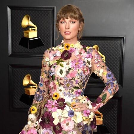 Con un recogido romántico y un maquillaje dulce Taylor Swift pone el listón muy alto en los Premios Grammy 2021