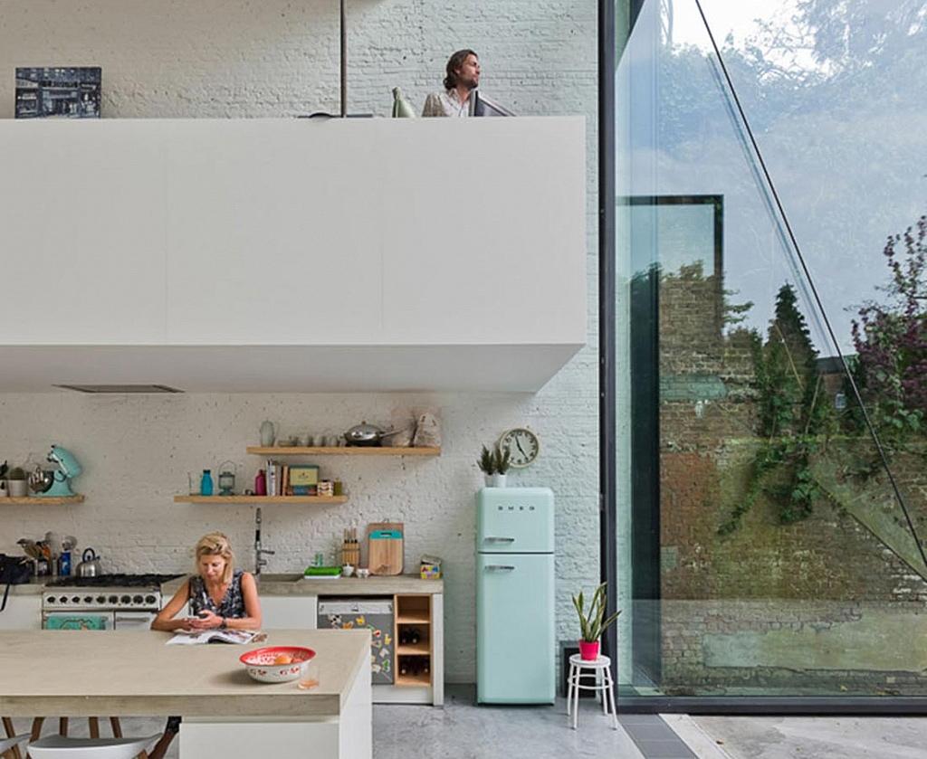 Impresionante casa con una gigantesca puerta de vidrio de for Puertas de vidrio para casas