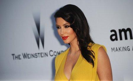 Kim Kardashian y su apuesta al rojo y amarillo en la Gala amfAR