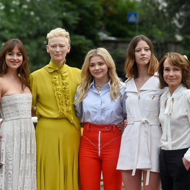 Dakota Johnson sublime de Dior y de blanco en el Festival de Venecia. ¿Mejorará Chiara Ferragni con su vestido de novia?