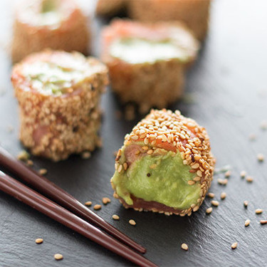 Falsos makis de salmón y aguacate con wasabi: receta original de aperitivo sin arroz