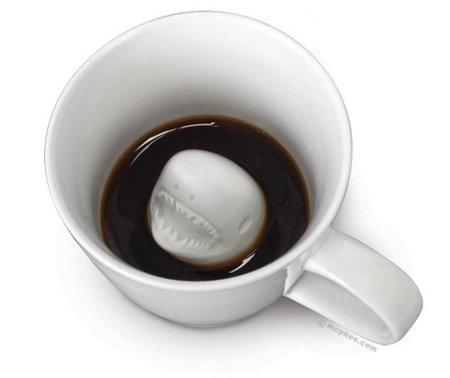 Un tiburón blanco en tu taza de café
