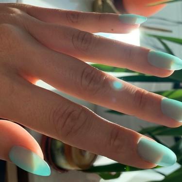 Así es la manicura Seaglass que vuelve a traer las uñas jelly de Rosalía a nuestras vidas (con un twist)