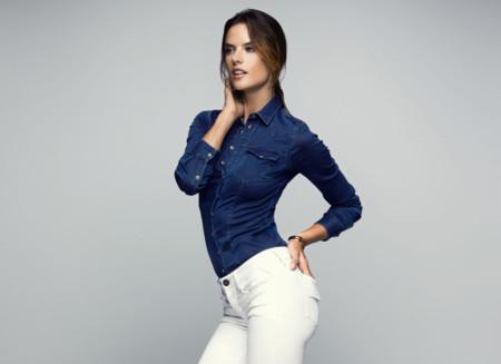Alessandra Ambrosio pone a prueba los jeans de Replay con los jugadores del Barcelona