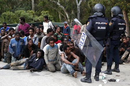 España devuelve en grupo los 116 migrantes que ayer saltaron la valla de Ceuta. La ONU las prohíbe, el Gobierno las aplica
