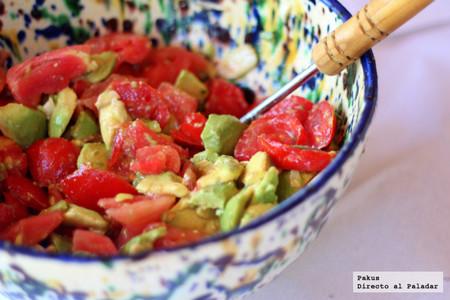 Ensalada refrescante de aguacate, tomate y albahaca, receta ligera, fácil y rápida