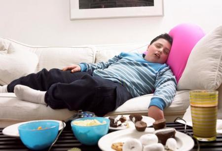 Hacer sentir mal a los niños con exceso de peso no les ayuda a adelgazar