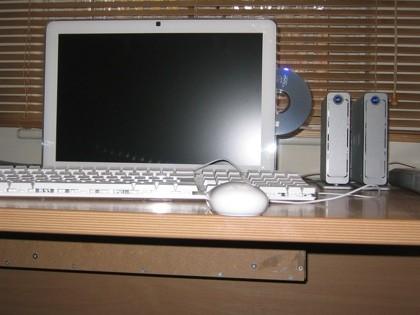 Un iMac sumergido bajo la mesa