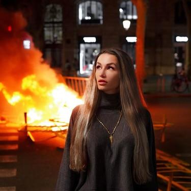 La chica rusa que posa para Instagram mientras arde Barcelona