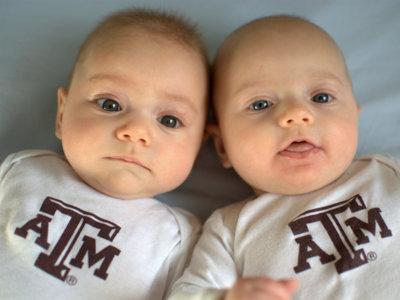 ¿Por qué los gemelos se parecen tanto, pero no son exactamente iguales?