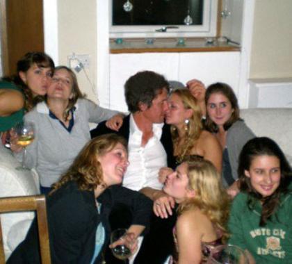 Hugh Grant sabe montarse una buena fiesta