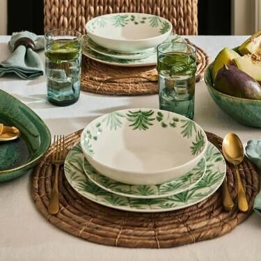 El menaje más bonito y colorido para vestir la mesa de tu terraza o jardín este verano lo tienes en El Corte Inglés
