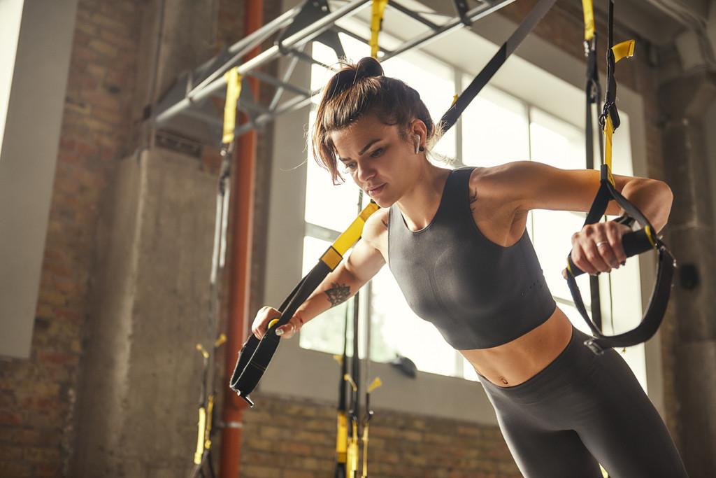 Circuito de 20 minutos con ejercicios para ponerte en forma con el TRX